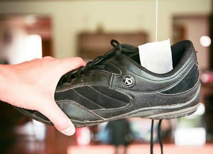 Положите в обувь сухой чайный пакетик на несколько часов, чтобы избавится от неприятного запаха.