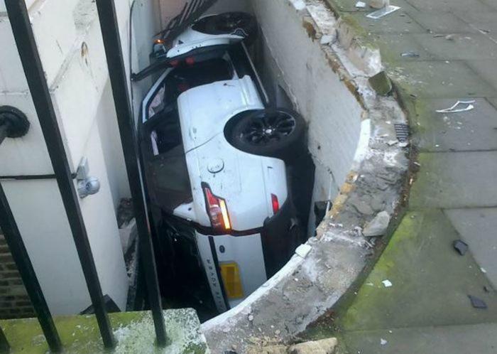 По мнению Novate.ru - это очень надежное, но не самое удачное место для парковки. | Фото: Умкра.