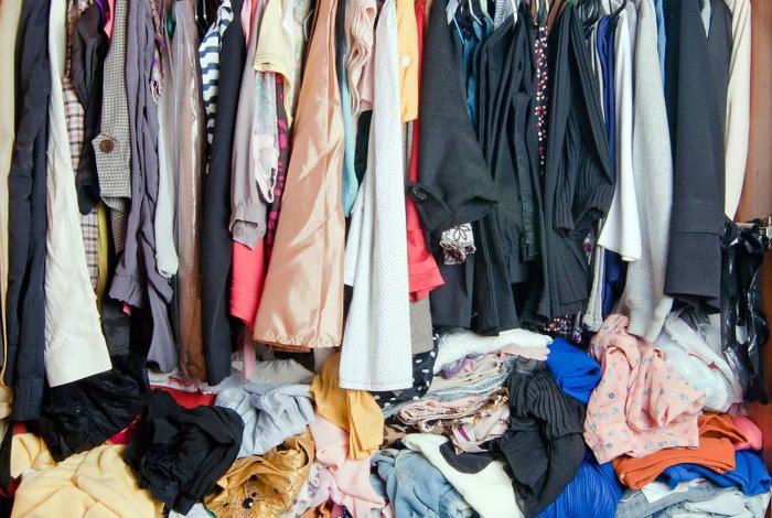 Много одежды в маленьком шкафу. | Фото: Eduratop.
