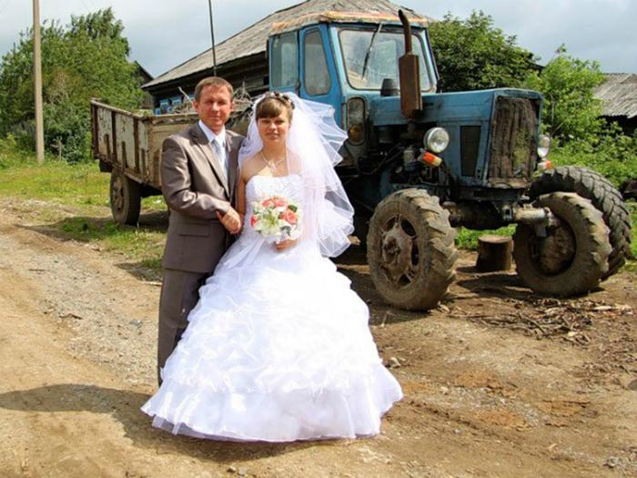 Снимок на фоне самого необычного свадебного...трактора.