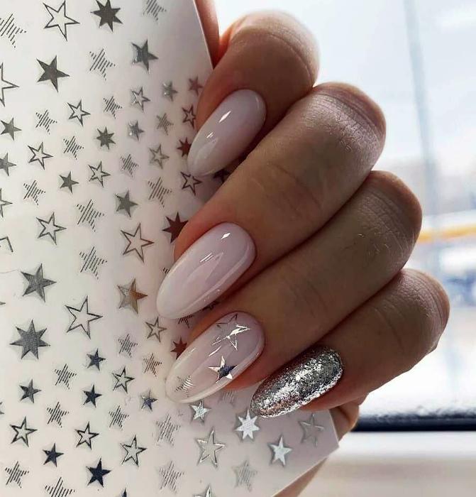 Дизайн с серебристыми звездочками. | Фото: bestmanikyur.ru.