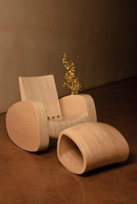 Кресло-качалка и оттоманка из дерева.