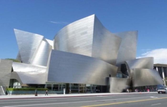 Поразительно красивый Концертный зал имени Уолта Диснея стал еще одной достопримечательностью Лос-Анджелеса. Дизайном здания занимался известный архитектор Френк Гери (Frank Gehry) и по его замыслу наружные стены постройки были обшиты стальными панелями. Однако уже в 2005 году строителям пришлось несколько изменить фасад здания, так как металл стал мощным отражателем солнечных лучей и все жители близлежащих домой страдали от непомерно-высокой температуры.