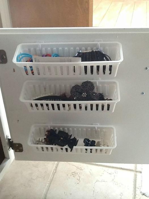 Небольшие пластиковые контейнеры для хранения заколок и косметики.