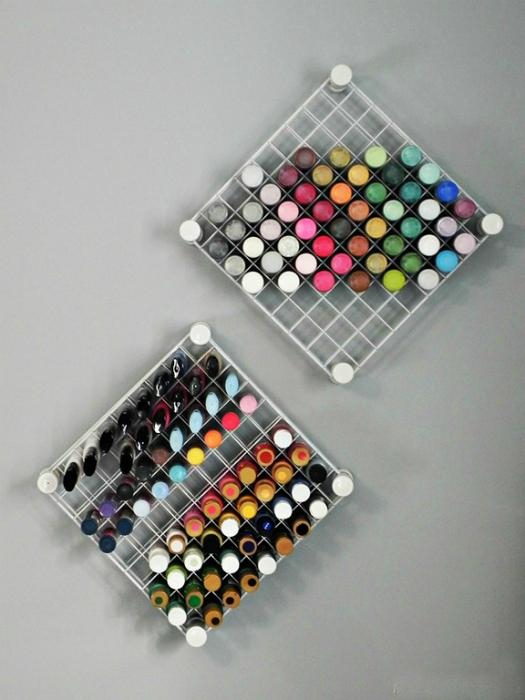 Решетки для хранения красок.