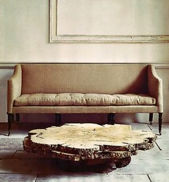 Низкий столик из деревянных спилов.