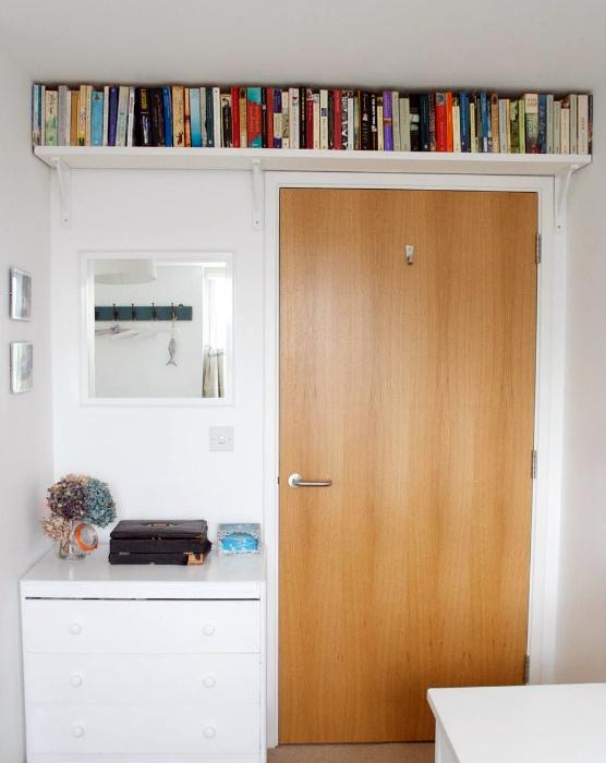 Полка над дверью. | Фото: Pinterest.