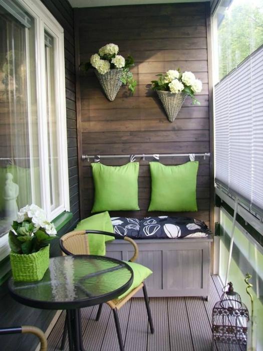 Натуральные материалы и яркие краски значительно освежают пространство лоджии.