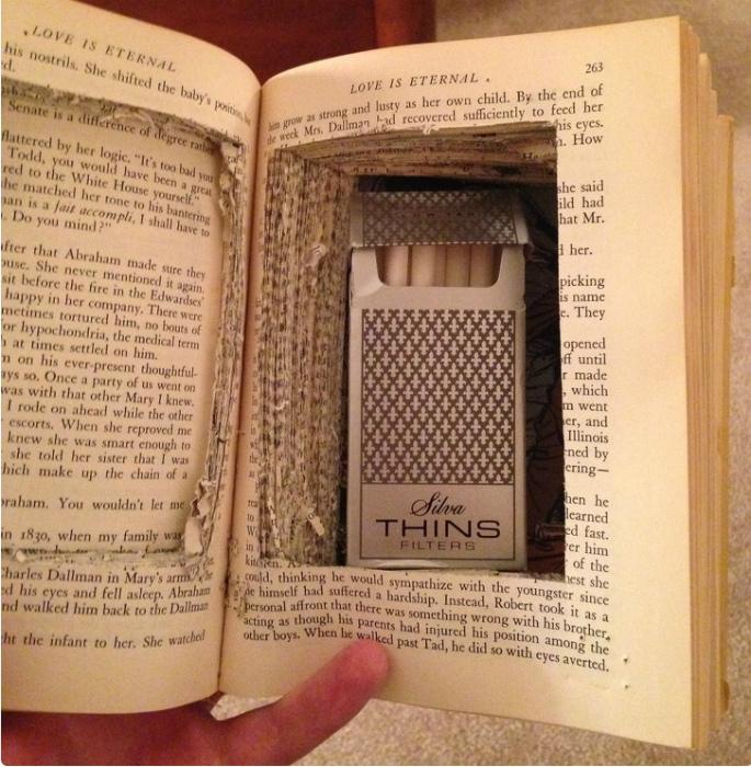Заначка в виде пачки сигарет в книге.