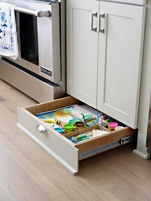 Выдвижной шкафчик над полом. | Фото: Houzz.