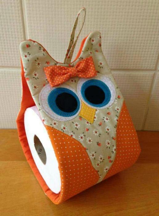 Тканевый держатель для туалетной бумаги.