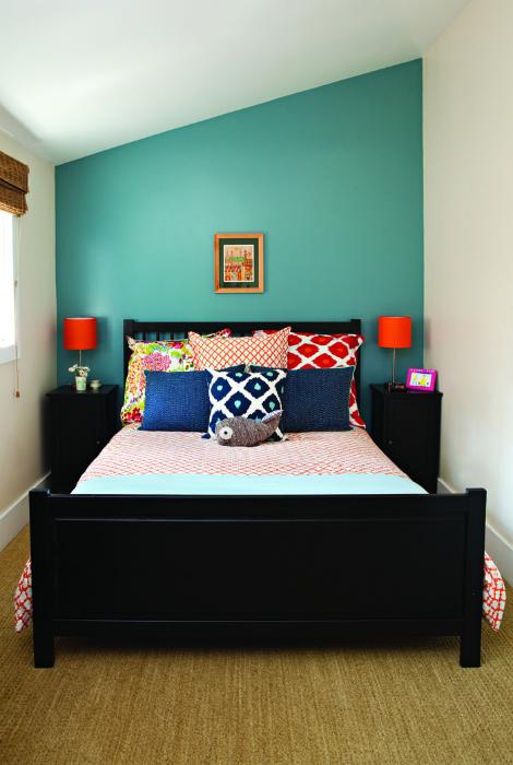 Яркий дизайн крошечной спальни.