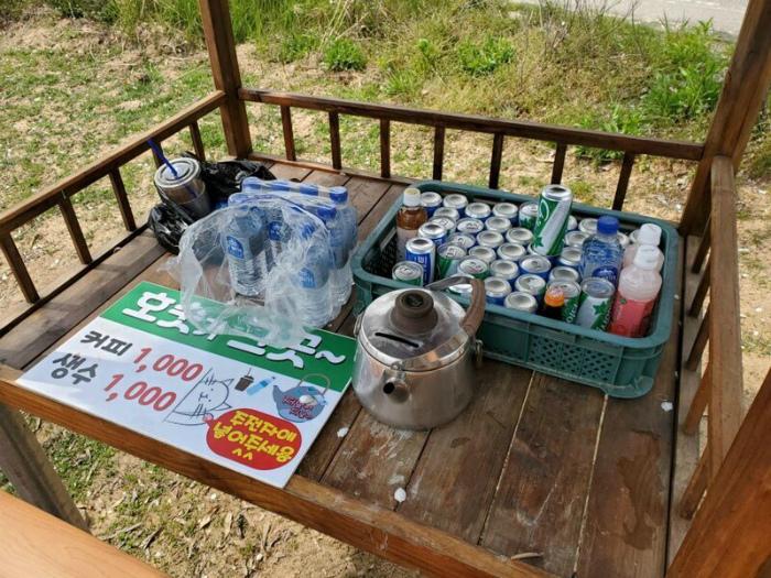 Киоски без продавцов: взял товар, положи деньги в корзинку. | Фото: Fishki.net.