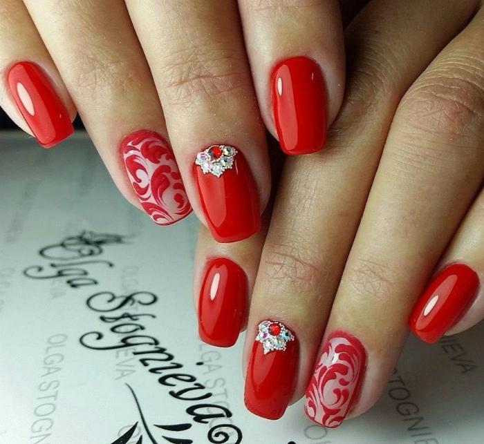 Красные ногти.
