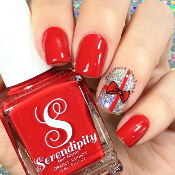 Комбинация красного и серебристого лака для ногтей - одно из самых актуальных сочетаний цветов для новогоднего маникюра.