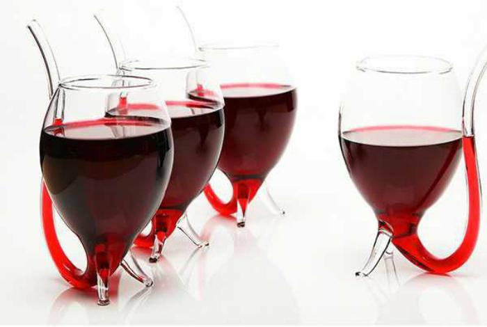Набор стеклянных винных бокалов с трубочками.