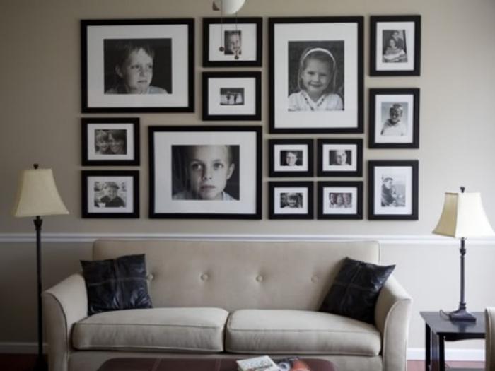 Черно-белые снимки в одинаковых рамках, развешанные по типу коллажа.
