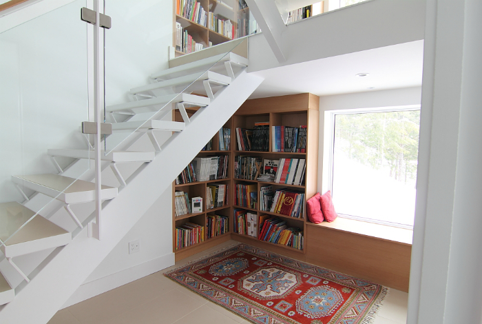 Книжный стеллаж под лестницей.