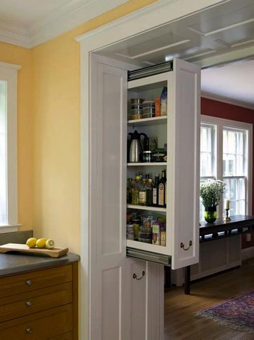 Встроенный вертикальный шкафчик.
