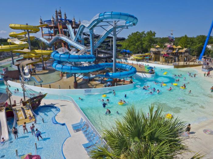Лучший парк водных развлечений в мире. В нем имеется 7 детских развлекательных зон, водяные трубы общей протяженностью 4,8 километра, аттракционы для занятий серфингом и 17 ультрасовременных водных горок.