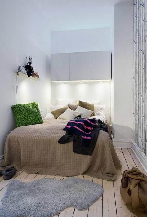 Небольшая спальня с правильным освещением.