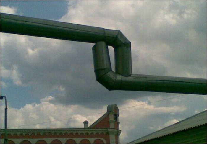 Что-то у труб полное несовпадение. | Фото: Избушки.нет.