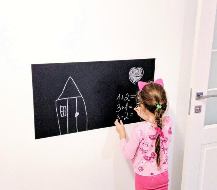 Грифельная наклейка для рисования. | Фото: surfingbird.ru.