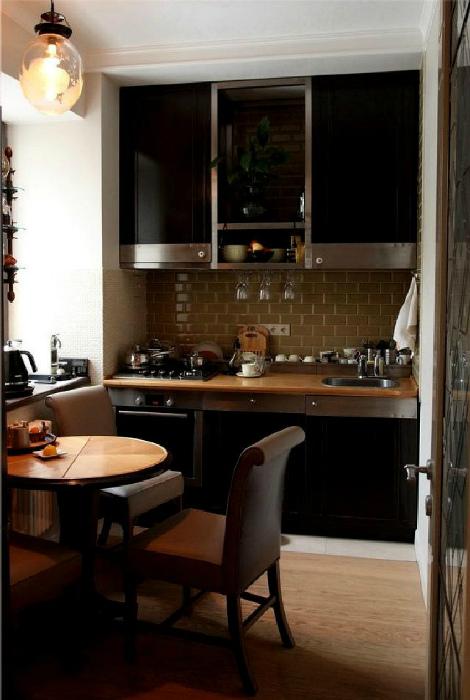 Темные цвета в маленькой кухне. | Фото: Как сделать.