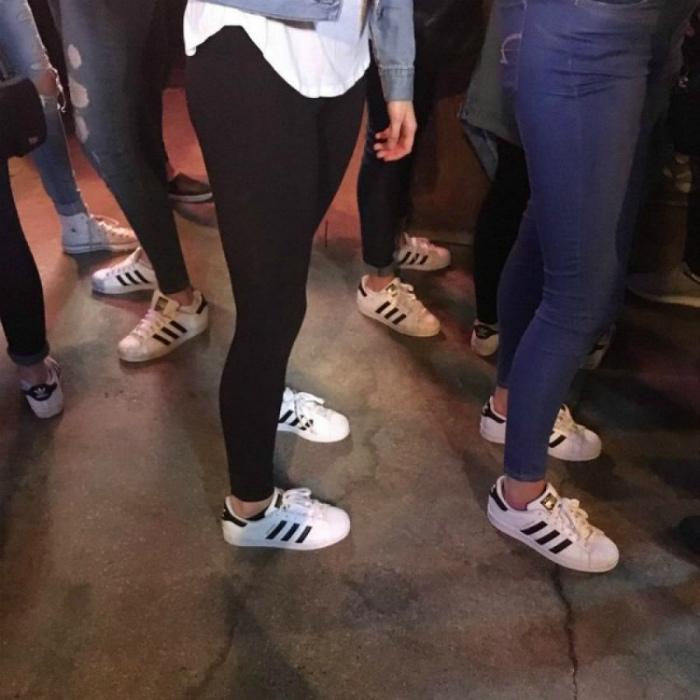 Главное - все в «оригинальных» кроссовках. | Фото: Bota Sot.