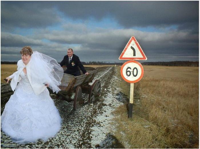 По мнению Novate.ru, это один из самых странных свадебных кортежей. | Фото: ЯПлакалъ.