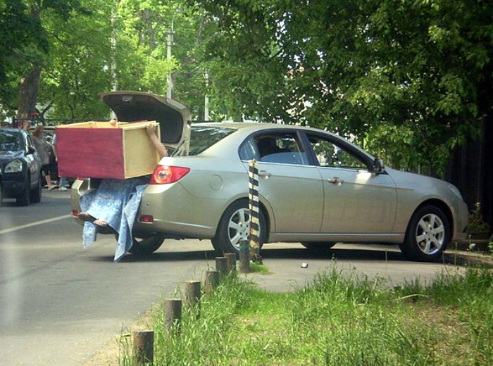 Жена поедет в багажнике со шкафчиком. | Фото: Pikabu.