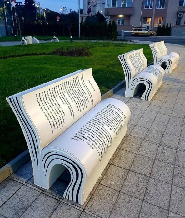 Скамейки в виде книг. | Фото: Kaifolog.ru.