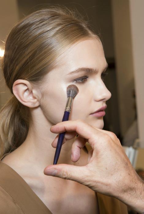 Не накладывать базу под макияж. | Фото: Makeup.ru.