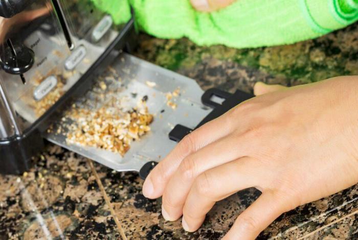 Выдвижная панель внизу тостера. | Фото: Fishki.net.