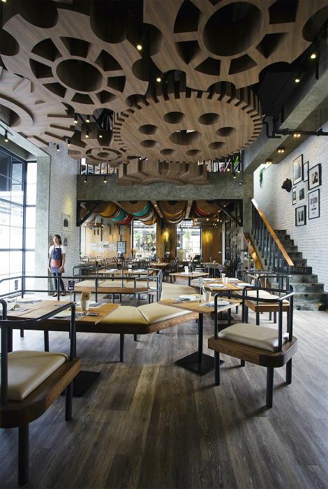 Потолок с деревянными деталями в стиле стимпанк.