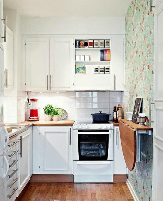 Крошечная кухня в светлых тонах.