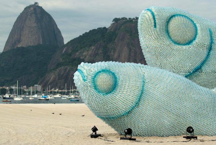Две огромные рыбы из пластиковых бутылок на пляже Рио-де-Жанейро.