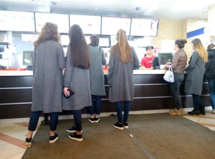 Группа в серых пальто.