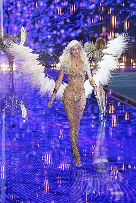Девон Виндзор на Victoria's Secret Fashion Show в золотом купальнике и платье-сетке с золотыми узорами.