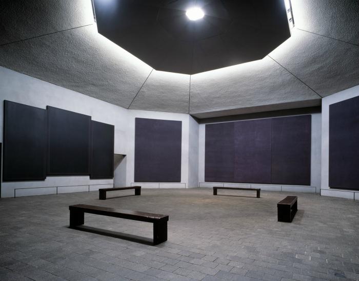 Храм Ротко внутри — выглядит, как монументальный триптих в мрачных сине-черных тонах, снаружи — это памятник в форме падающей пирамиды.