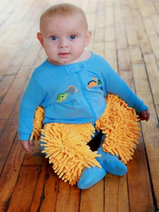 Теперь ребенок может познавать мир и натирать пол. Специальный детский костюмчик с мягкими губками из микрофибры.