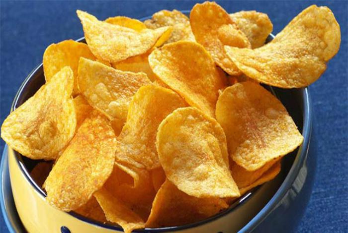 Картофельные чипсы из супермаркета.