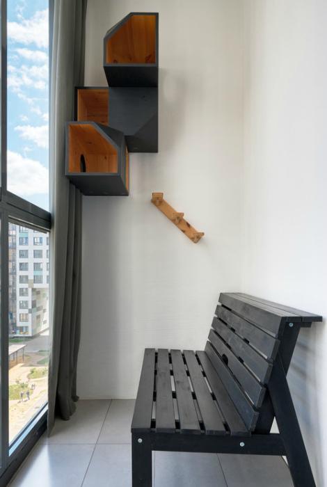 Лоджия с простой скамейкой. | Фото: www.pinterest.ru.