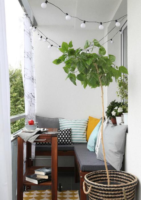 Угловой диванчик и столик. | Фото: Pinterest.