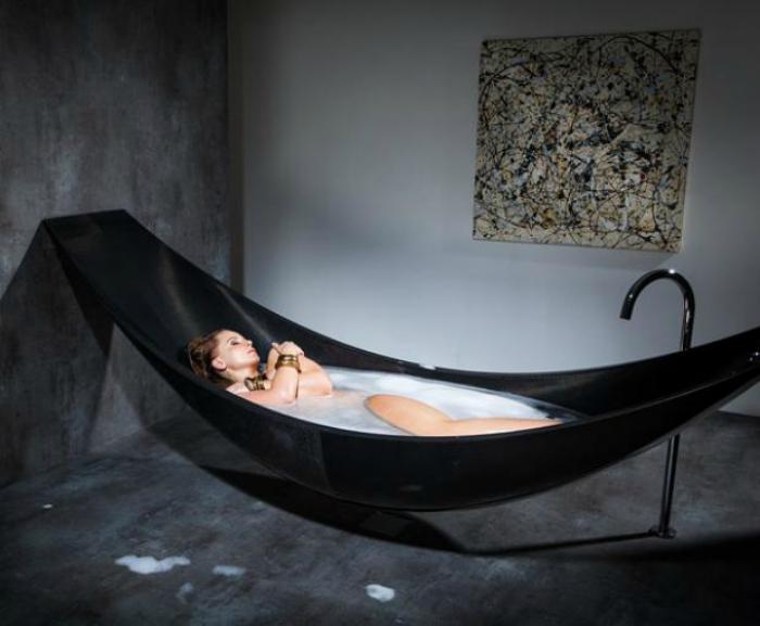 Большая черная ванна от компании SplinterWorks  в виде гамака из углеродного волокна.