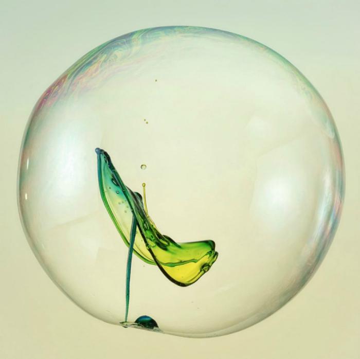 Маленький всплеск внутри мыльного пузыря.