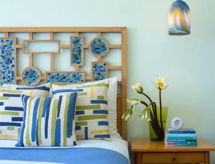 Замысловатая решетка из дерева, декорированная яркими элементами, сделает кровать стильной и оригинальной.