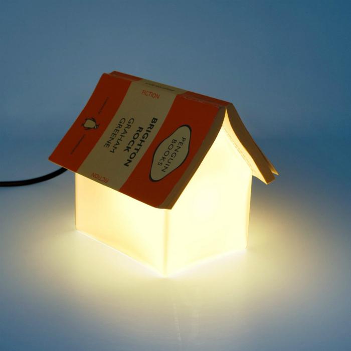 Светильник со скошенными гранями, на который можно положить книгу и не потерять страницу.