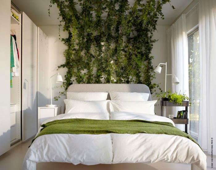 Спальня с живым декором.