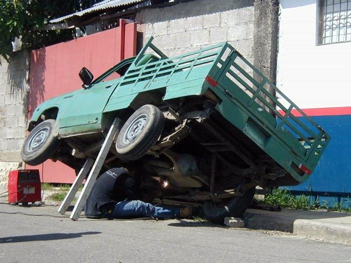 Экстремальный ремонт машины. | Фото: Recreo Viral.